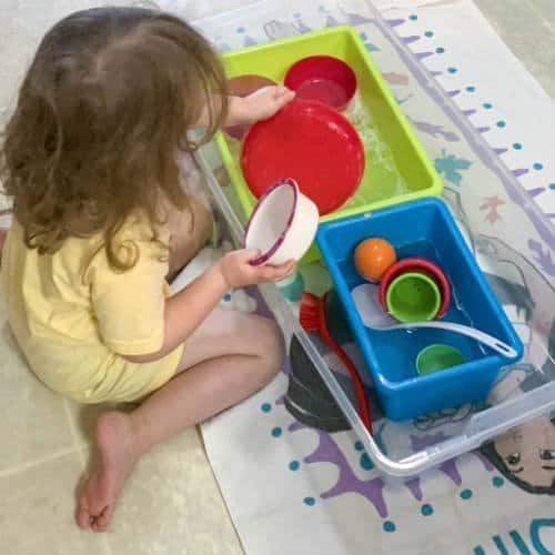 Washing dishes sensory bin for toddlers and preschoolers