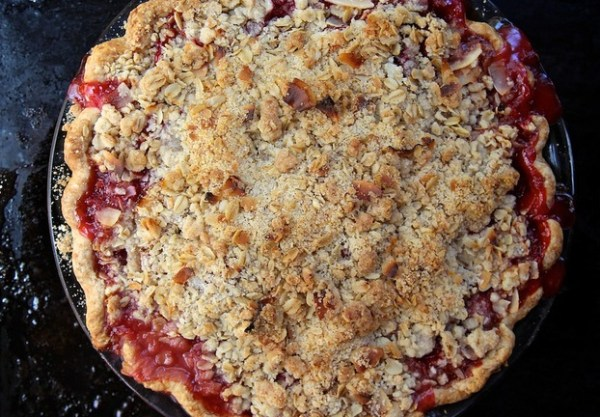 Strawberry & Rhubarb Crumble Pie