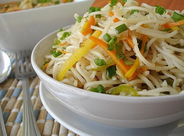 Vegetable Noodles & Vegetables in Spicy Garlic Sauce