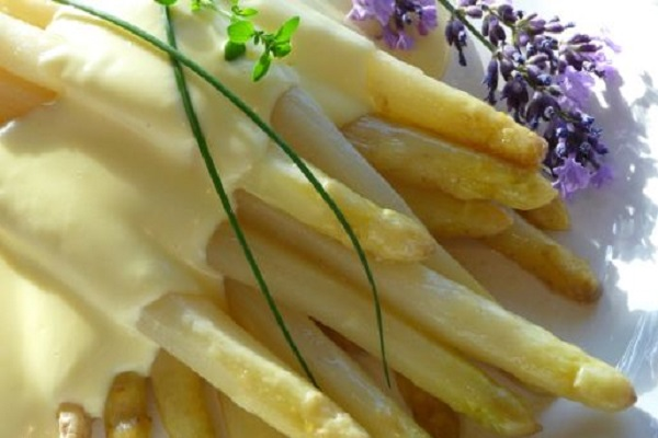 Traditional Austrian Spargel (White Asparagus)