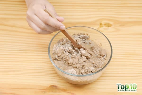 mix bentomine clay hair mask with non metal spoon