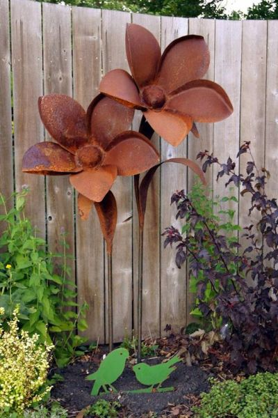 rusty metal flowers garden art Creative Rusted Metal Garden Decorations You Need To See