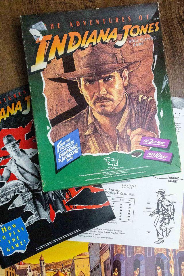 The Adventures of Indiana Jones RPG, incluida la tarjeta de personaje del propio Indy.
