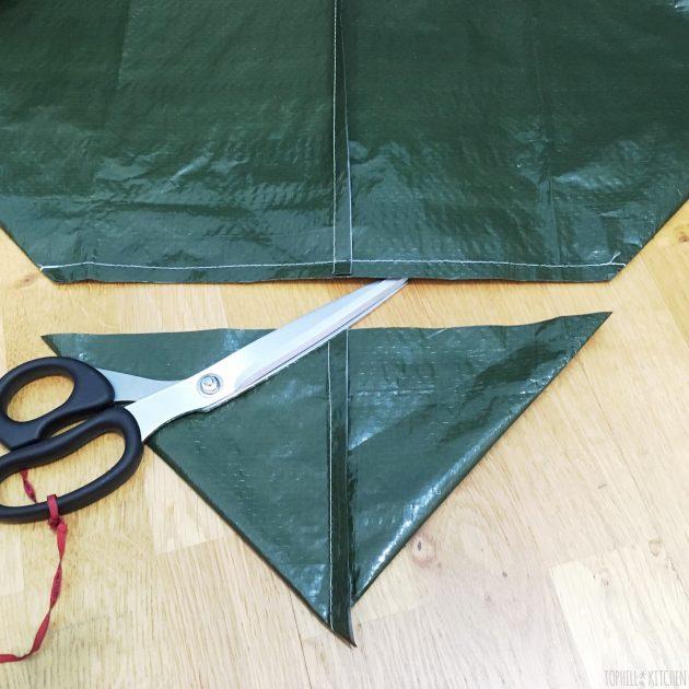 Folie für selbstgemachte Pflanzkiste Ecken absteppen und Rest abschneiden