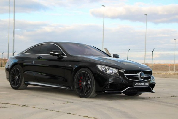 """Here are a few photos of """"phantom which no one saw that coming,"""" as Mercedes presents this model, otherwise known as the S63 AMG Coupe which appears in the latest video for the company, which they called """"Performance Art"""" ...     After a great public interest in a model that appeared in the video, with 577ks bi turbo engine and black finish, Mercedes has decided to publish the images that have been made during the video shoot.   Not announced whether additional parts placed on the S63 AMG Coupe, but when reviewing several sites in Germany, you can find these 20"""" wheels with chrome ring for € 2,000.($ 2730 us)"""
