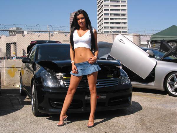 Pakaian seksi wanita di musim panas akibatkan pengemudi pria tabrakan
