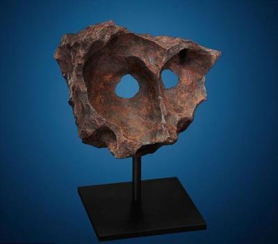 """Метеорит """"Маска"""" В 1992 году в пустыне Калахари на Юге Африки с помощью металлоискателя был обнаружен железный метеорит необычной формы, напоминающий древнюю маску."""