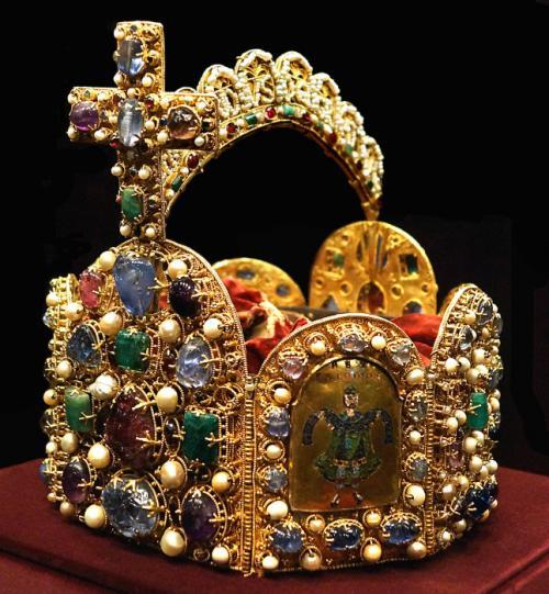 Корона королей и императоров Священной Римской империи.Корона королей и императоров Священной Римской империи имеет несколько названий, одно из самых известных – корона Карла Великого, и изготовлена она в конце 10 века.Этот старейший ювелирный шедевр, непохожий на другие короны, оригинальной формы в виде восьмигранника, украшают 144 драгоценных камня и жемчуг. Первоначально хранившуюся в Нюрнберге, при возникновении угрозы захвата этого города войсками Наполеона, стремившегося заполучить ее для своей коронации, корону перевезли в Вену и там спрятали. В музее Вены она сейчас и хранится.