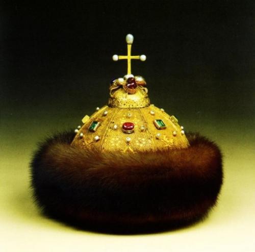 Венцы и короны России, Знаменитая Шапка Мономаха.В то время, когда Европа венчала своих правителей роскошными коронами, в России их заменяли усыпанные самоцветами шапки-венцы, самая известная из которых – шапка Мономаха. Первым ею венчали на царствование Иван Грозного.Переход к императорском коронам в России произошел благодаря Петру I. Сам венчаный Шапкой Мономаха, он приказал изготовить первую русскую корону из позолоченного серебра, обладательницей которой посчастливилось стать его супруге Екатерине I.