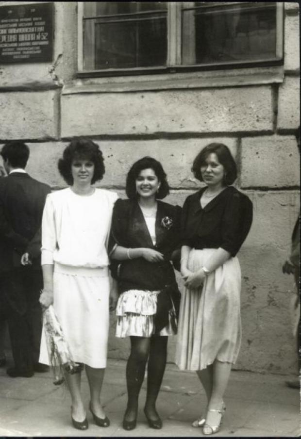 Руслана Лыжичко на своей выпускной фотографии изображена вместе с мамой Ниной Аркадьевной и двоюродной сестрой Светланой. Выпускное платье Русланы на черно-белом снимке рассмотреть довольно трудно. Но заметно, что с того времени изменился не только стиль певицы, Руслана похудела, отрастила длинные волосы, неизменной осталась только ее лучезарная улыбка.