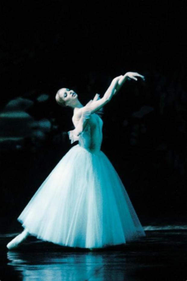 """Анастасия Волочкова. Вместо нарядного платья ей пришлось надеть пачку — на выпускном она танцевала Одетту и Одилию из """"Лебединого озера""""."""