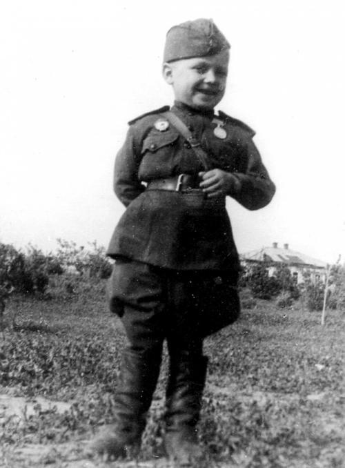 Гвардии рядовой 6-летний Сереженька Алешков, сын полка, 1942.