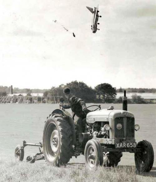 Летчик-испытатель Джордж Аирд выпрыгнул из самолета после потери управления.
