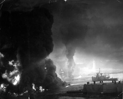 Горящее топливо в гавани Перл-Харбора