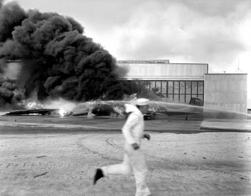 Моряк бежит в укрытие на аэродроме Хикэм