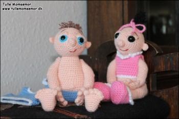Tvillingerne - Lillebror viser tæer og mave