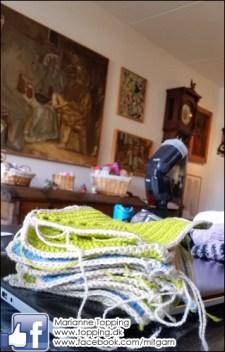 Hæklet tæppe - de sidste lapper hækles