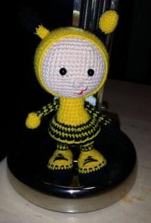 Birgit Nielsen - Hæklet dukke i brumbassekostume - Little Owls Hut
