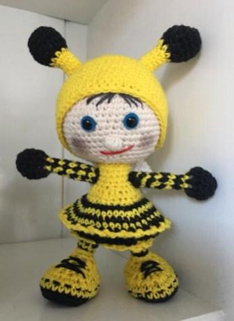 Linda Maria Trasbo - Hæklet dukke i brumbassekostume - Little Owls Hut