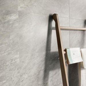 Top Tegel 04: Marmer tegels uit keramiek zijn erg geschikt voor de badkamer. Kom het volledig gamma bekijken in ons tegelhuis nabij Ieper.