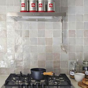 Marokkaanse wandtegeltjes in beige tinten in de mix geplaatst als spatwand in de keuken.
