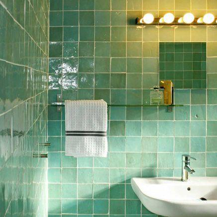 Groene Marokkaanse tegels in de badkamer.