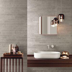 Beige mozaiekstrips in de badkamer.