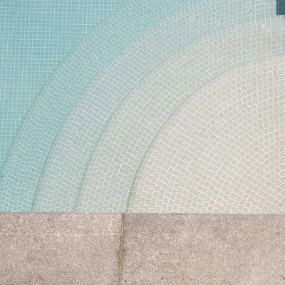 Een zwembad trap uitgewerkt in glasmozaiek.