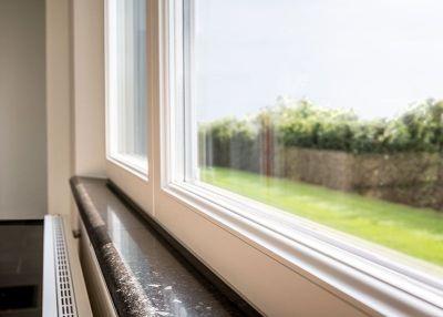 binnen kijken in een landelijke woning - vensterbank tabeletten