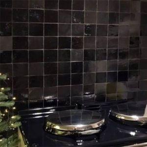 spatwand in de keuken met zwarte zelliges in de mix mat en blinkend