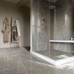 Een badkamer in bruin grijze marmerlook tegels. Zoals deze bruine marmerlook platen.