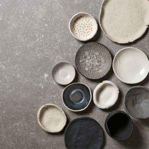 Blauwe hardsteen vloertegels in combinatie met natuurlijke tinten. Want blauwsteen tegels kan je met alles combineren.