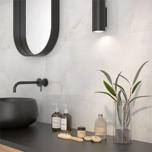 Marmerren badkamertegels in combinatie met zwarte accenten.