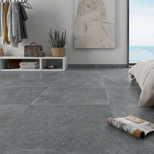 Donker grijze keramische arduin tegels in groot formaat. Deze blauwsteen bestaat ook als terrastegels. Want de soorten blauiwe hardsteen vloertegels zijn oneindig.