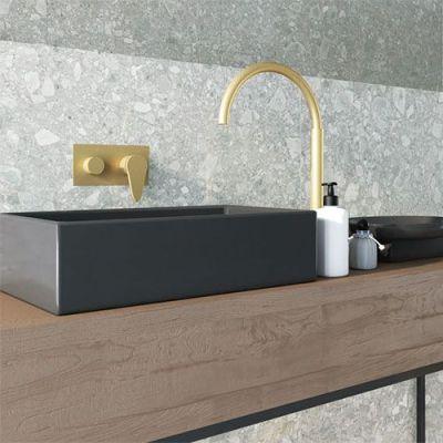 Marmeren badkamer tegels met gouden accenten. Marmerlook tegels maken je interieur tijdloos.