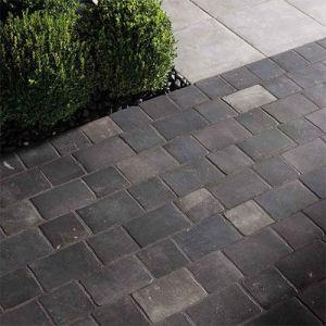 Kleine keramische terrastegels formaat 20x20cm in blauwsteen look.