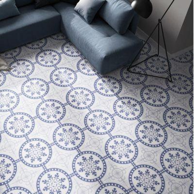 Patroon tegel met blauwe cirkel motief en kobalt blauwe zetel.