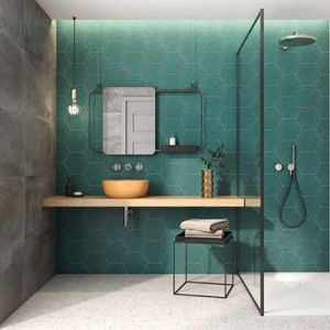 Groene honinggraat tegels in de badkamer.