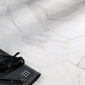 Hexagonale tegels in marmerlook. Deze zeshoekige tegels bestaan zowel in Carrara als Calacatta uitvoering.