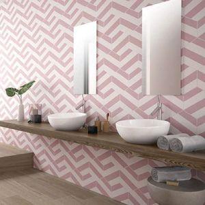 Roze hexagoanale tegels in de badkamer.