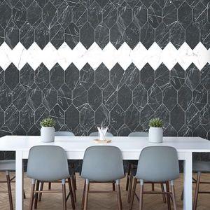 Veelhoekige tegel in marmer look zwart wit combinatie.