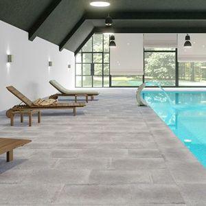 Beton grijze vloertegels 65x65cm als zwembadtegel.