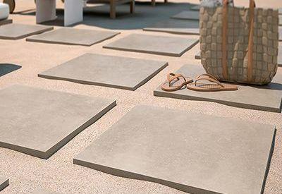 Pamesa cromat belgio sable keramische terrastegel in 2cm dik met een beige natuursteenlook.