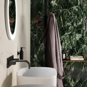 Een naadloze douche of badkamer met groene marmer look XXL tegels