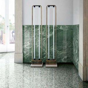 Combineer een groene marmerimitatie met terrazzo's.