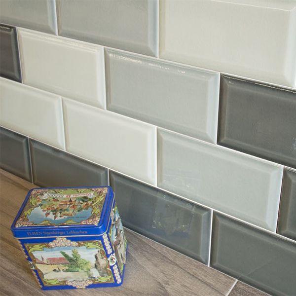 Mix of patchwork van verschillende kleuren metrotegels. Wit, licht grijs en donker grijze metrotegels.
