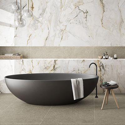 XXL tegels in de badkamer met marmerlook en gouden accenten.