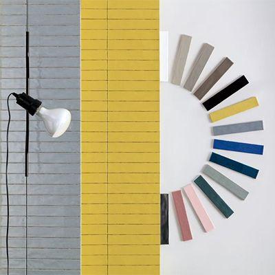 De trend van dit jaar kleine rechthoekige wandtegels in pantone kleuren grijs en geel