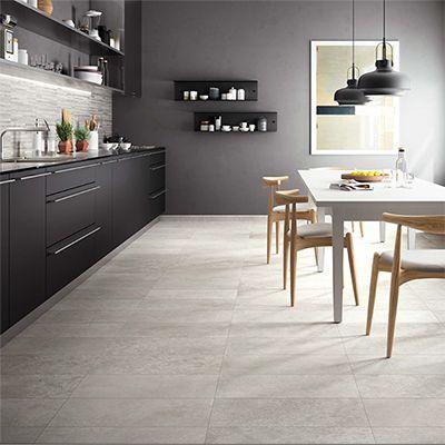 Het Pantone kleur van 2021 heet ultimate grey. Hier stellen we jou een grijze vloertegel in de keuken.