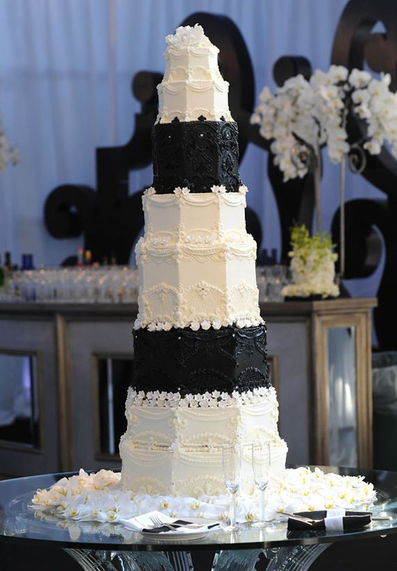 kris-humphries-and-kim-kardashian-black-and-white-marble-cake2